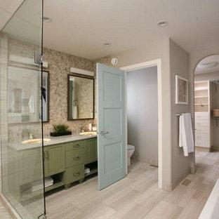 Diseño de cuarto de baño actual con lavabo bajoencimera, armarios con paneles empotrados, puertas de armario verdes, ducha esquinera y baldosas y/o azulejos beige