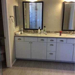 Esempio di una grande stanza da bagno padronale industriale con ante bianche, doccia alcova, piastrelle beige, piastrelle di ciottoli, pareti beige, pavimento in gres porcellanato, lavabo sottopiano e top in quarzo composito