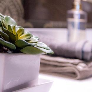 Ispirazione per una stanza da bagno padronale minimal di medie dimensioni con ante con riquadro incassato, ante in legno bruno, doccia aperta, WC monopezzo, piastrelle beige, piastrelle in ceramica, pareti beige, pavimento con piastrelle in ceramica, lavabo sottopiano e top in granito