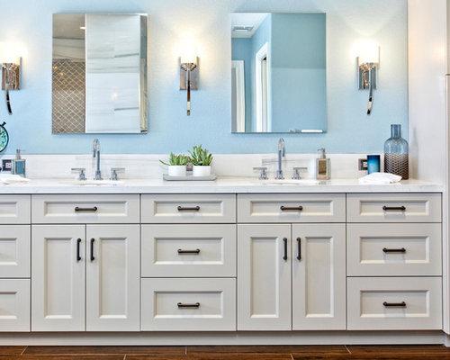Pareti Gialle E Blu : Stanza da bagno con piastrelle gialle e pareti blu foto