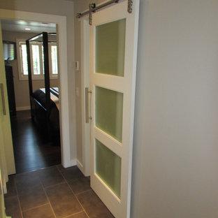Immagine di una stanza da bagno padronale minimalista di medie dimensioni con pareti grigie, parquet scuro, lavabo rettangolare, ante lisce, ante grigie, top in superficie solida, doccia alcova, piastrelle grigie e piastrelle in gres porcellanato