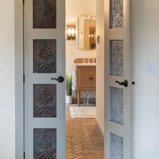 Ispirazione per una stanza da bagno padronale classica di medie dimensioni con ante con riquadro incassato e pavimento in mattoni