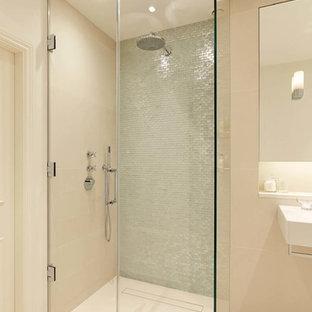 Inredning av ett modernt stort en-suite badrum, med en hörndusch, beige väggar och kakel i metall