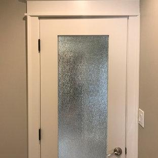 フェニックスの中サイズのシャビーシック調のおしゃれなマスターバスルーム (シェーカースタイル扉のキャビネット、白いキャビネット、グレーのタイル、セラミックタイル、グレーの壁、セラミックタイルの床、アンダーカウンター洗面器、珪岩の洗面台) の写真