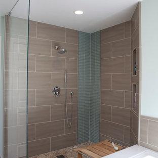 Réalisation d'une grand salle de bain minimaliste avec un lavabo encastré, un placard à porte plane, des portes de placard en bois brun, un plan de toilette en quartz modifié, une baignoire encastrée, une douche ouverte, un WC à poser, un carrelage multicolore, des carreaux de céramique, un mur bleu et un sol en carrelage de céramique.