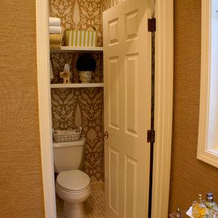 Inspiration för ett vintage badrum, med en toalettstol med separat cisternkåpa, bruna väggar och klinkergolv i keramik