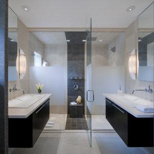 Idee per una stanza da bagno minimalista con lavabo da incasso, ante lisce, ante nere e doccia doppia