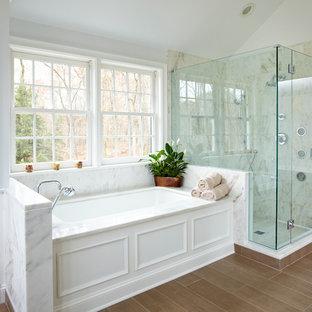 Ispirazione per una stanza da bagno chic con vasca sottopiano e doccia alcova