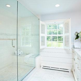 Ejemplo de cuarto de baño tradicional con lavabo bajoencimera, armarios con paneles empotrados, puertas de armario blancas y ducha empotrada