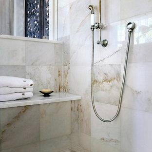 Exempel på ett stort shabby chic-inspirerat en-suite badrum, med luckor med profilerade fronter, skåp i slitet trä, ett undermonterat badkar, en dusch i en alkov, en toalettstol med separat cisternkåpa, vit kakel, mosaik, beige väggar, mosaikgolv, ett undermonterad handfat och marmorbänkskiva