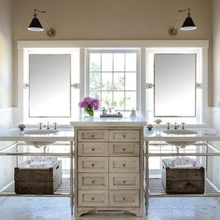 Пример оригинального дизайна: большая главная ванная комната в стиле шебби-шик с бежевыми стенами, полом из мозаичной плитки, врезной раковиной, мраморной столешницей, фасадами островного типа и бежевыми фасадами