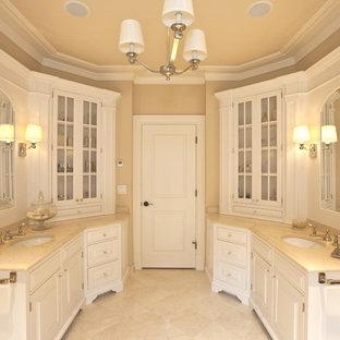 Diseño de cuarto de baño principal, clásico renovado, con bañera exenta, ducha empotrada, sanitario de una pieza, puertas de armario blancas, encimera de ónix, suelo de mármol y armarios con paneles con relieve