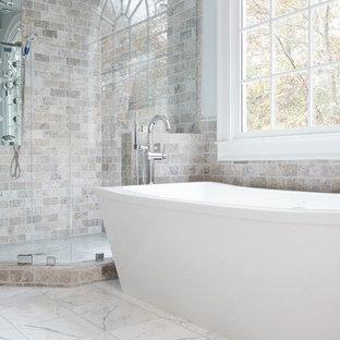 Idéer för ett stort klassiskt en-suite badrum, med ett undermonterad handfat, skåp i shakerstil, grå skåp, bänkskiva i kvarts, ett fristående badkar, en hörndusch, en toalettstol med separat cisternkåpa, vit kakel, tunnelbanekakel, grå väggar och marmorgolv