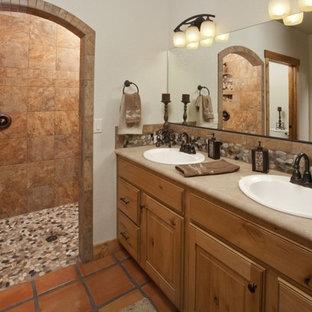 Ejemplo de cuarto de baño principal, de estilo americano, con lavabo encastrado, armarios con paneles con relieve, puertas de armario de madera oscura, ducha doble, baldosas y/o azulejos de terracota, paredes beige y suelo de baldosas de terracota