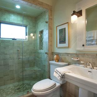サンディエゴの中サイズのおしゃれなバスルーム (浴槽なし) (コンソール型シンク、アルコーブ型シャワー、一体型トイレ、ベージュのタイル、テラコッタタイル、緑の壁、珪岩の洗面台、開き戸のシャワー) の写真