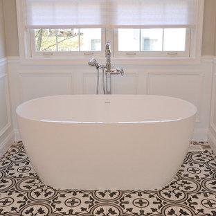 Пример оригинального дизайна: большая главная ванная комната в стиле современная классика с фасадами с выступающей филенкой, белыми фасадами, отдельно стоящей ванной, угловым душем, унитазом-моноблоком, черно-белой плиткой, мраморной плиткой, серыми стенами, полом из керамической плитки, врезной раковиной, столешницей из гранита, разноцветным полом, душем с распашными дверями, разноцветной столешницей, сиденьем для душа, тумбой под две раковины, встроенной тумбой, сводчатым потолком и панелями на стенах