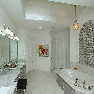 Esempio di una grande stanza da bagno padronale classica con lavabo sottopiano, ante con bugna sagomata, top in marmo, vasca da incasso, piastrelle multicolore, pareti bianche, doccia alcova, WC a due pezzi, pavimento in gres porcellanato, ante grigie e piastrelle a mosaico