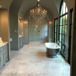 Diseño de cuarto de baño principal, tradicional renovado, grande, con armarios estilo shaker, puertas de armario grises, bañera exenta, ducha empotrada, paredes grises, suelo de linóleo, suelo multicolor y ducha con puerta con bisagras