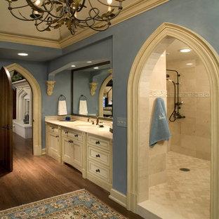 Modelo de cuarto de baño clásico con lavabo bajoencimera, armarios con paneles empotrados, puertas de armario beige, ducha abierta, baldosas y/o azulejos beige y ducha abierta
