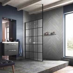 Inredning av ett industriellt litet vit vitt en-suite badrum, med släta luckor, skåp i mellenmörkt trä, en öppen dusch, grå kakel, grå väggar, grått golv och med dusch som är öppen