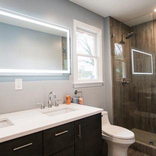 Ejemplo de cuarto de baño principal, minimalista, de tamaño medio, con armarios estilo shaker, puertas de armario marrones, ducha abierta, sanitario de una pieza, paredes azules, suelo vinílico, lavabo encastrado, encimera de mármol, suelo marrón, ducha con puerta con bisagras y encimeras blancas