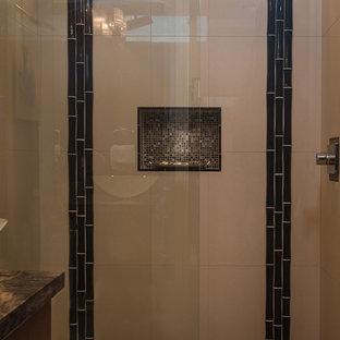 Ispirazione per una stanza da bagno tropicale con ante lisce, ante in legno bruno, doccia doppia, bidè, pareti blu, pavimento in travertino, lavabo sottopiano e top in granito