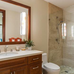 Tropisches Duschbad mit profilierten Schrankfronten, hellbraunen Holzschränken, Duschnische, Toilette mit Aufsatzspülkasten, beigefarbenen Fliesen, beiger Wandfarbe, Unterbauwaschbecken und Falttür-Duschabtrennung in Hawaii