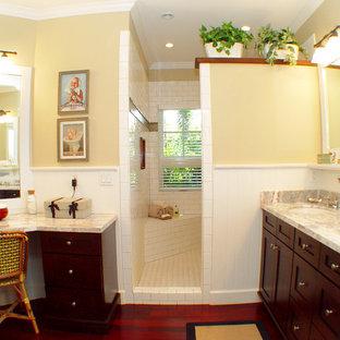 Immagine di una stanza da bagno tropicale con piastrelle diamantate e lavabo sottopiano