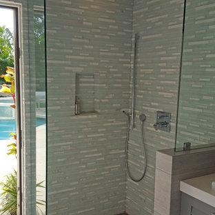 Esempio di una stanza da bagno con doccia tropicale di medie dimensioni con ante a persiana, ante grigie, doccia ad angolo, piastrelle blu, piastrelle bianche, piastrelle a listelli, pareti multicolore, pavimento in gres porcellanato, lavabo a bacinella e top in quarzite