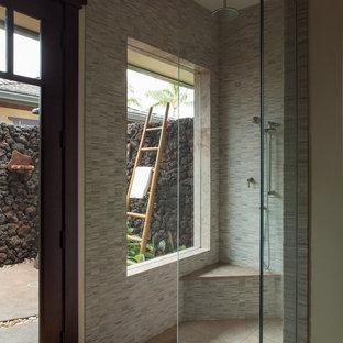 Ispirazione per una grande stanza da bagno tropicale con ante con riquadro incassato, ante in legno bruno, doccia alcova, WC monopezzo, piastrelle beige, piastrelle in pietra, pareti beige, pavimento in gres porcellanato, lavabo integrato e top in granito