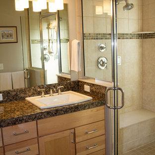 Aménagement d'une petite salle de bain classique avec un lavabo posé, un WC séparé, un placard avec porte à panneau encastré, des portes de placard en bois clair, un plan de toilette en granite, un carrelage gris, des carreaux de porcelaine, un sol en carrelage de porcelaine, un mur beige, un sol marron et une cabine de douche à porte battante.