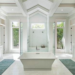 Klassisk inredning av ett badrum, med med dusch som är öppen