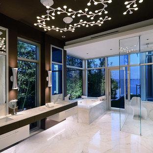 Exempel på ett modernt en-suite badrum, med släta luckor, vita skåp, ett undermonterat badkar, våtrum, vit kakel, bruna väggar, ett undermonterad handfat, vitt golv och dusch med gångjärnsdörr