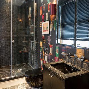 Foto di una stanza da bagno eclettica di medie dimensioni con ante lisce, ante nere, doccia aperta, WC sospeso, pareti nere, pavimento in marmo, top in marmo, pavimento nero, porta doccia scorrevole e top nero