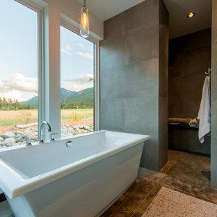 Bild på ett stort funkis badrum, med ett fristående badkar, en dusch i en alkov, betonggolv, beiget golv och med dusch som är öppen