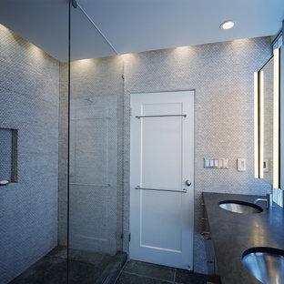 Exempel på ett modernt badrum, med mosaik