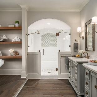 Salle de bain avec des portes de placard grises et un sol en ...