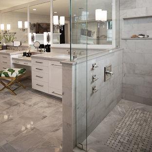 Idéer för stora vintage grått en-suite badrum, med släta luckor, vita skåp, ett fristående badkar, en hörndusch, marmorgolv, ett undermonterad handfat, grått golv, dusch med gångjärnsdörr, en bidé och beige väggar