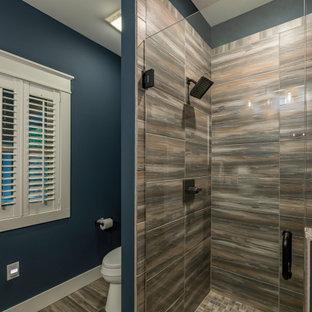 Ispirazione per una stanza da bagno con doccia stile rurale di medie dimensioni con ante in stile shaker, ante in legno bruno, top in granito, doccia alcova, WC a due pezzi, pareti blu, pavimento con piastrelle in ceramica, lavabo sottopiano, porta doccia a battente e top multicolore