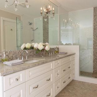 バンクーバーの小さいトラディショナルスタイルのおしゃれなマスターバスルーム (アンダーカウンター洗面器、白いキャビネット、珪岩の洗面台、置き型浴槽、分離型トイレ、マルチカラーのタイル、ベージュの壁、磁器タイルの床、レイズドパネル扉のキャビネット、コーナー設置型シャワー、モザイクタイル、ベージュの床、開き戸のシャワー) の写真