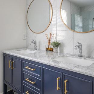 Bild på ett litet vintage vit vitt en-suite badrum, med möbel-liknande, vita väggar, klinkergolv i porslin, ett fristående handfat, bänkskiva i kvartsit, grått golv, blå skåp, en dusch/badkar-kombination, vit kakel, marmorkakel och dusch med gångjärnsdörr