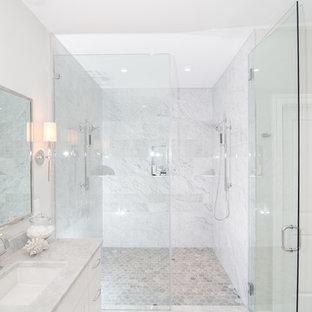 Immagine di una stanza da bagno classica con ante bianche, doccia alcova, pareti grigie, piastrelle bianche e top grigio