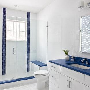 Ejemplo de cuarto de baño con ducha, costero, de tamaño medio, con lavabo bajoencimera, armarios con paneles lisos, puertas de armario blancas, ducha empotrada, paredes blancas y encimeras azules