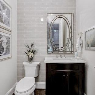 Пример оригинального дизайна: ванная комната среднего размера в стиле современная классика с фасадами в стиле шейкер, темными деревянными фасадами, раздельным унитазом, белой плиткой, плиткой кабанчик, белыми стенами, душевой кабиной, монолитной раковиной и полом из фанеры