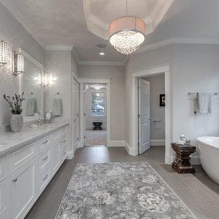 Idéer för att renovera ett stort lantligt en-suite badrum, med beige väggar, ett undermonterad handfat, bänkskiva i kvartsit, skåp i shakerstil, vita skåp, ett fristående badkar och klinkergolv i porslin