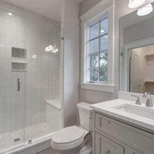 Immagine di una stanza da bagno con doccia country di medie dimensioni con ante beige, doccia alcova, WC a due pezzi, piastrelle bianche, piastrelle diamantate, pareti beige, lavabo sottopiano, top in quarzite e ante con riquadro incassato
