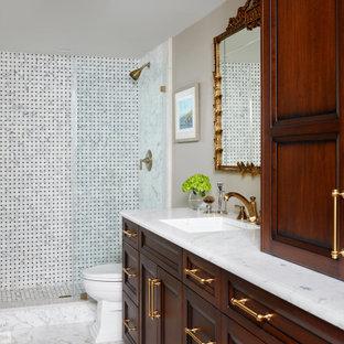 Diseño de cuarto de baño principal, clásico, de tamaño medio, con armarios con paneles empotrados, baldosas y/o azulejos en mosaico, paredes beige, suelo de mármol, encimera de mármol, suelo blanco, ducha abierta, encimeras blancas, puertas de armario de madera en tonos medios, ducha empotrada, baldosas y/o azulejos blancas y negros y lavabo bajoencimera