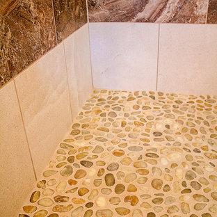 Ispirazione per una stanza da bagno padronale stile rurale di medie dimensioni con doccia doppia, piastrelle beige, piastrelle di ciottoli e pareti beige