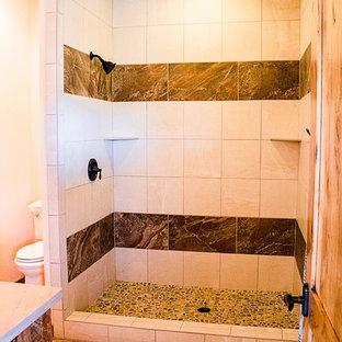 Idee per una stanza da bagno rustica di medie dimensioni con ante in stile shaker, ante con finitura invecchiata, doccia aperta, WC monopezzo, piastrelle beige, piastrelle in ceramica, pareti beige, pavimento con piastrelle in ceramica e top in pietra calcarea