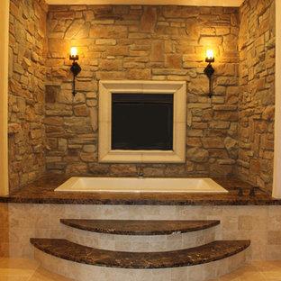 Foto di una grande stanza da bagno padronale mediterranea con top in marmo, vasca da incasso, piastrelle beige, piastrelle in pietra e pavimento in travertino